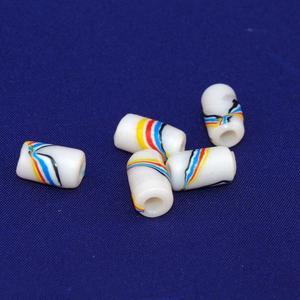 Pärlor av återvunnen plast, vita